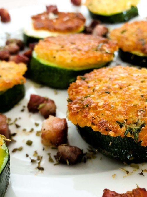 Zucchini-mit-Parmesan-Kräuter-Kruste-an-Speck